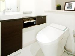 お掃除も楽々、節水も意識したトイレに